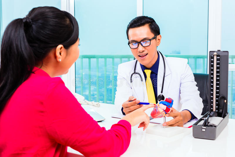 Docteur asiatique avec le patient dans la chirurgie médicale images libres de droits