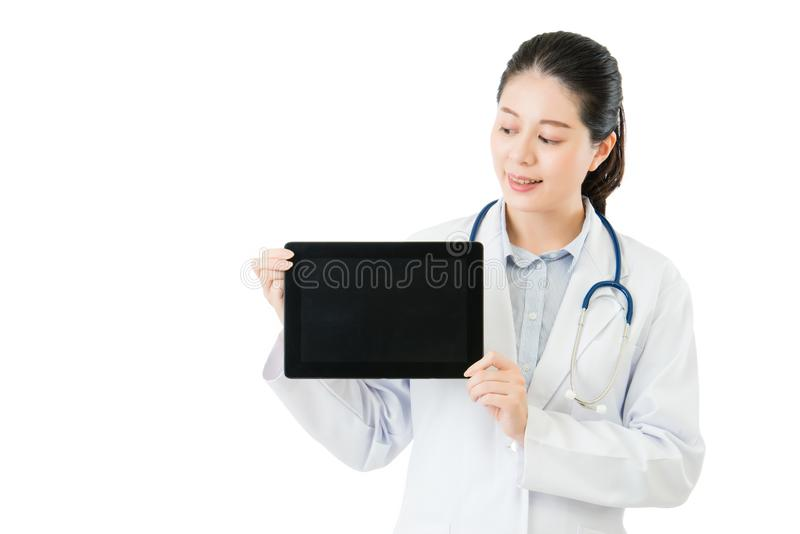 Docteur asiatique heureux montrant la protection numérique vide de comprimé photos stock