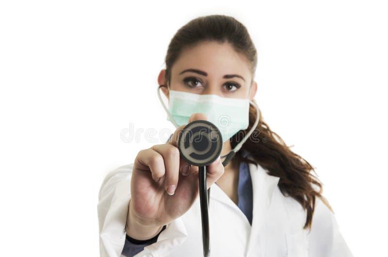 Docteur assez féminin de jeunes portant un masque et image libre de droits