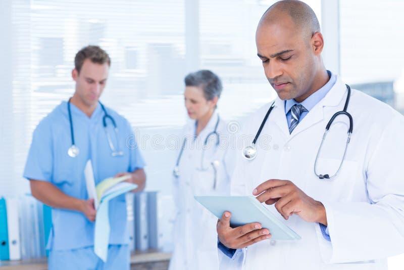 Download Docteur Attentif à L'aide De Son Comprimé Photo stock - Image du attentivement, homme: 56484072