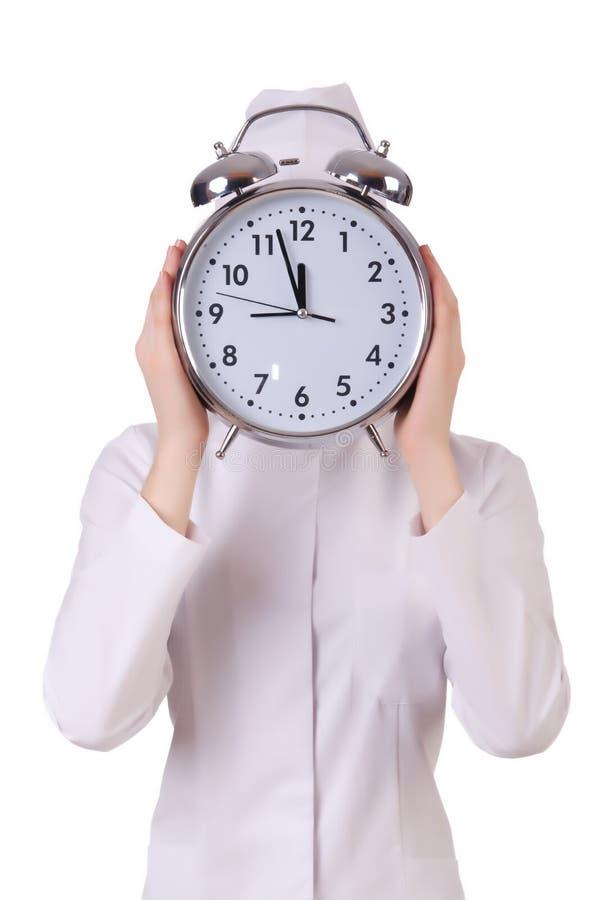 Docteur attirant de femme avec la grande horloge image libre de droits