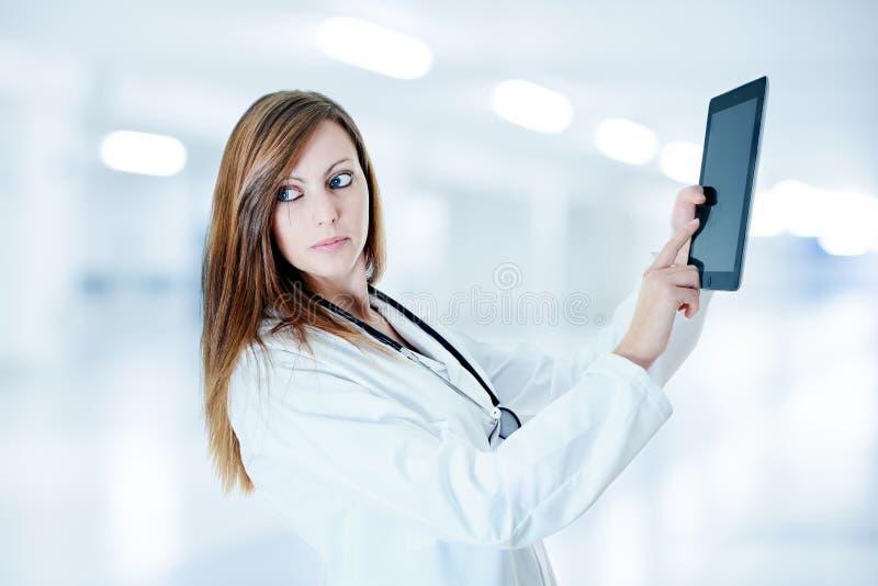 Docteur attirant travaillant avec le comprimé numérique photographie stock libre de droits