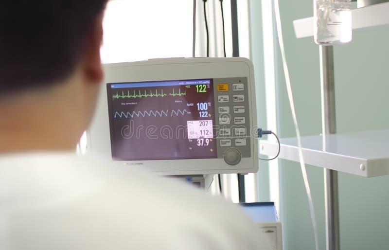 Docteur avant le moniteur médical photographie stock libre de droits
