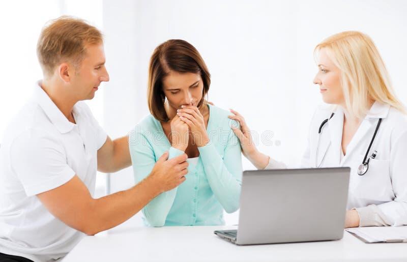 Docteur avec des patients dans l'hôpital photos libres de droits