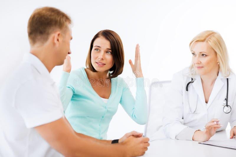 Docteur avec des patients dans le coffret images libres de droits