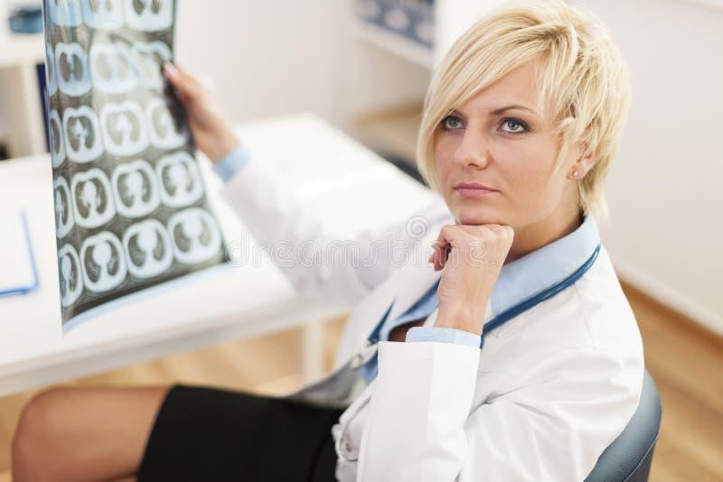 Docteur avec des rayons X images stock
