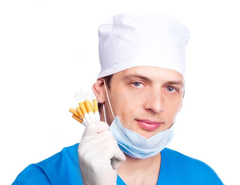 Docteur avec des sigarettes image stock