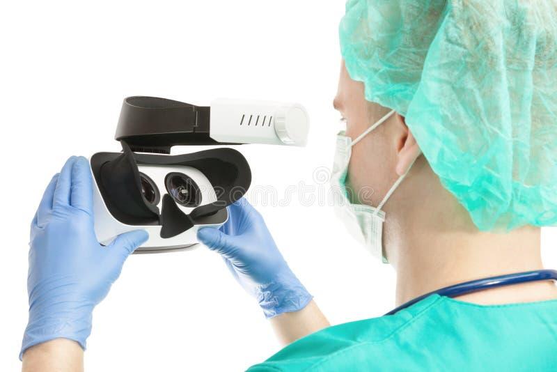 Docteur avec des verres de VR sur le fond blanc image libre de droits