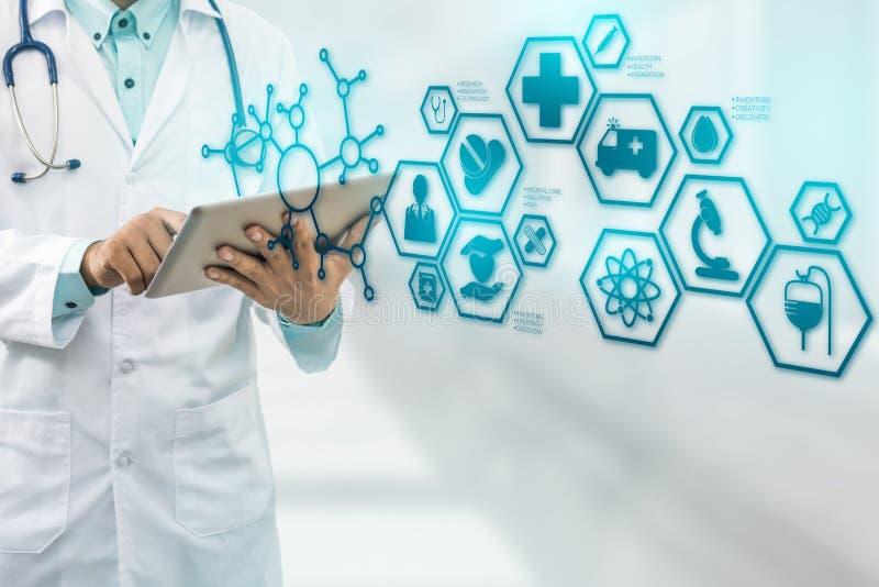 Docteur avec l'interface médicale d'icône de soins de santé photo libre de droits