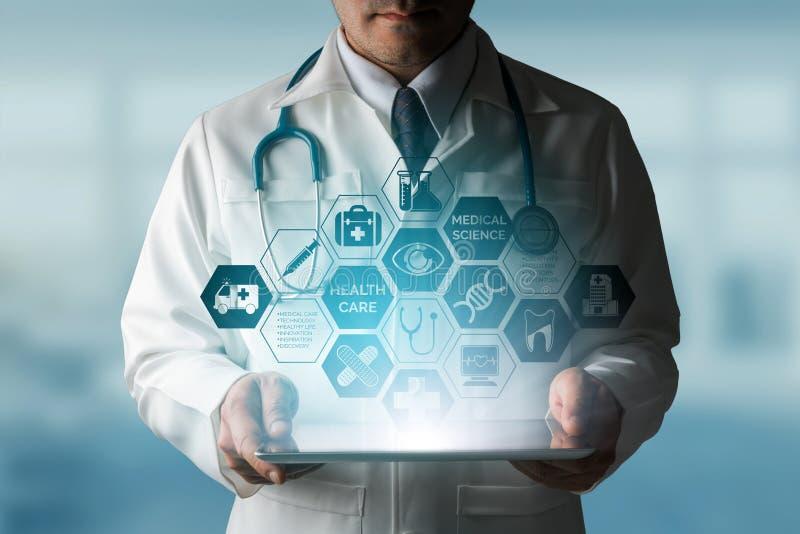 Docteur avec l'interface médicale d'icône de soins de santé image libre de droits