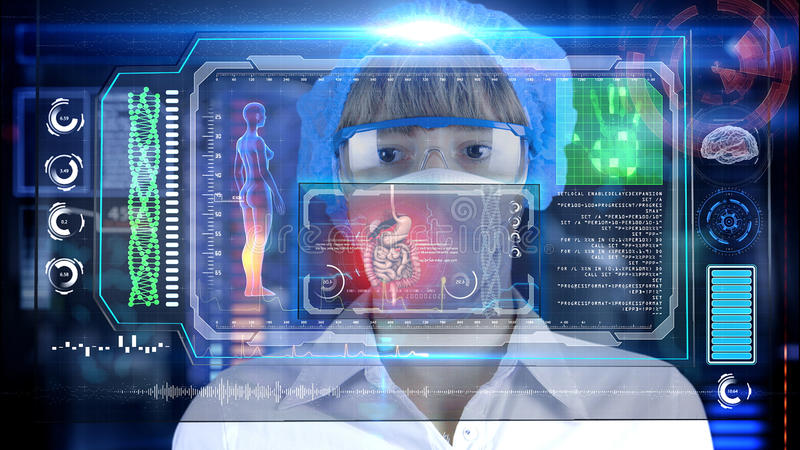Docteur avec le comprimé futuriste d'écran de hud intestin, appareil digestif Concept médical de l'avenir photographie stock