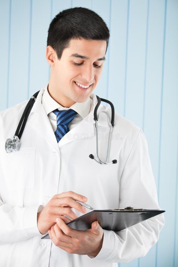 Docteur avec le crayon lecteur et la planchette image libre de droits