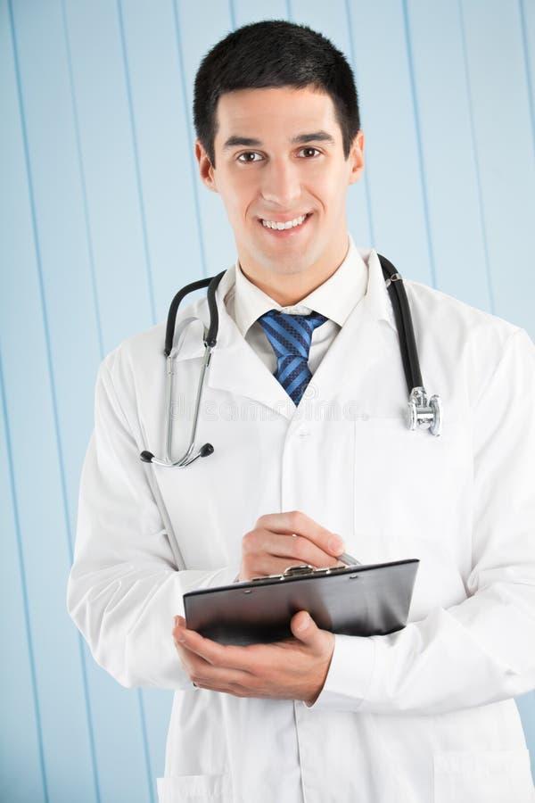 Docteur avec le crayon lecteur et la planchette images stock