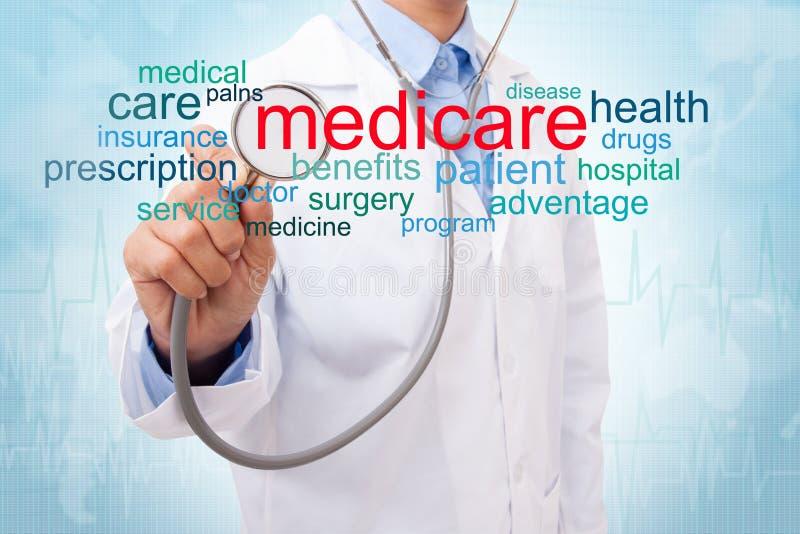 Docteur avec le nuage de mot d'assurance-maladie photo stock