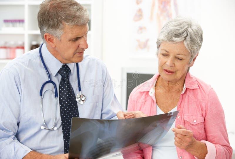 Docteur avec le patient féminin photographie stock