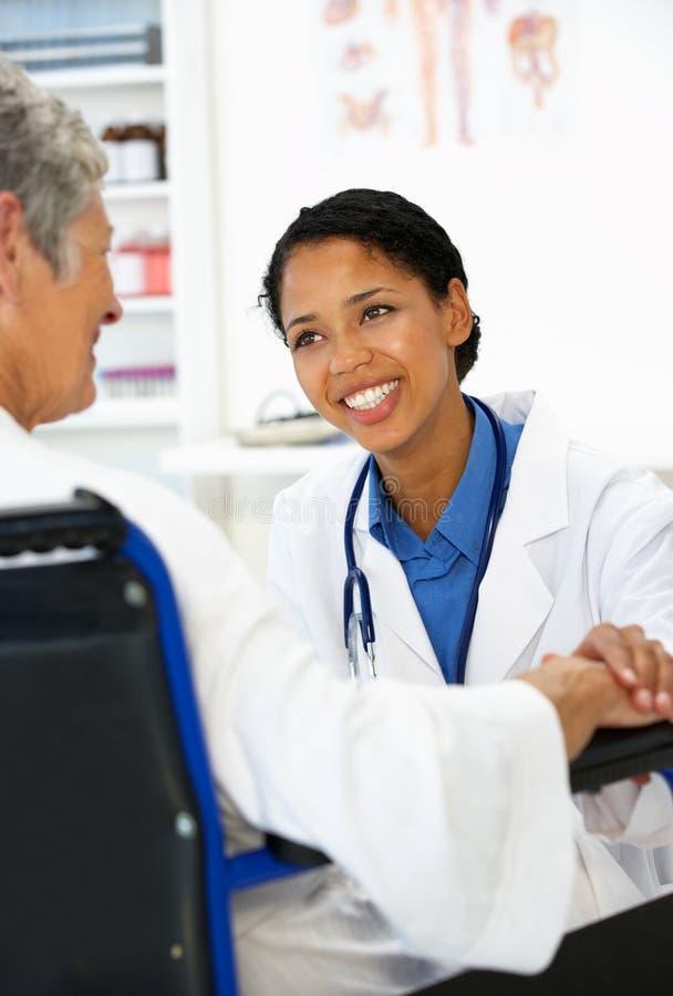 Docteur avec le patient féminin photos libres de droits
