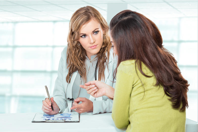 Docteur avec le patient féminin Docteur amical et heureux avec Stethosc images stock
