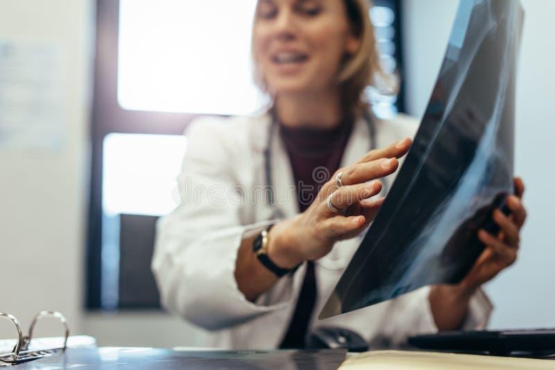 Docteur avec le rayon X discutant le diagnostic image libre de droits