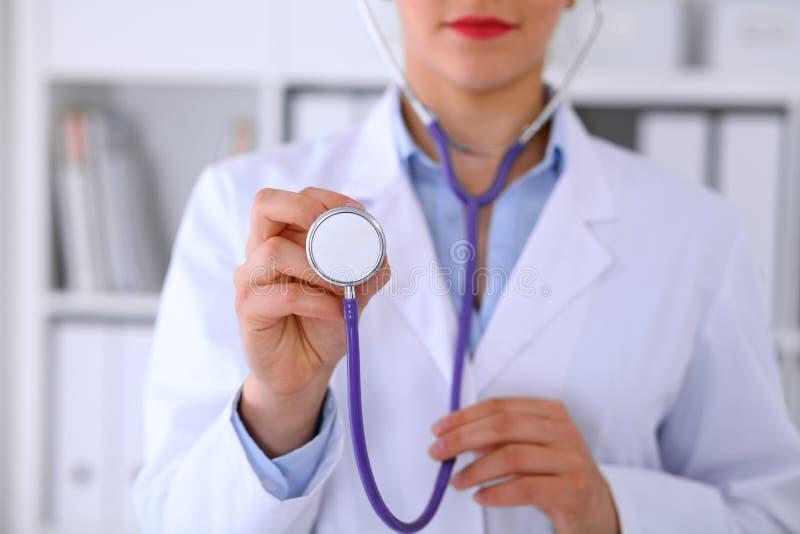 Docteur avec un stéthoscope dans les mains photos libres de droits