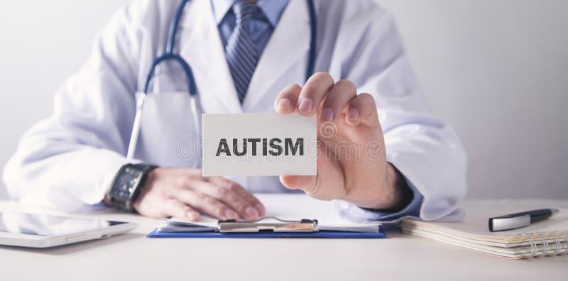 Docteur caucasien tenant la carte autism Concept M?DICAL photographie stock libre de droits