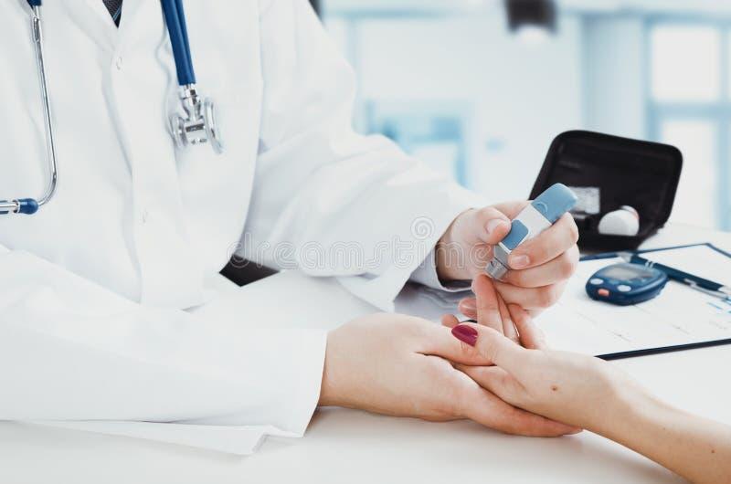 Docteur Checking Blood Sugar Level photos libres de droits