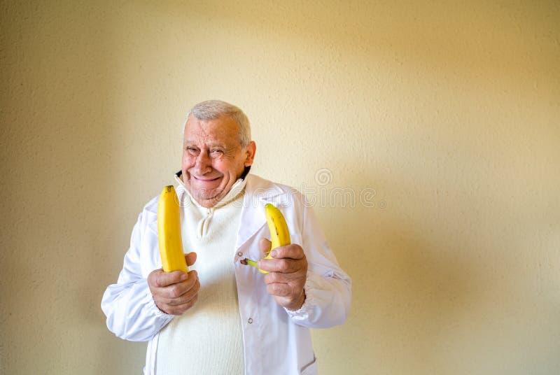 Docteur comparant des bananes comme concept image libre de droits