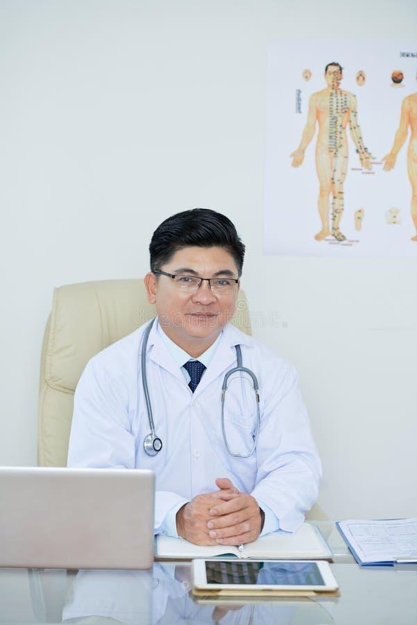 Docteur confiant images stock