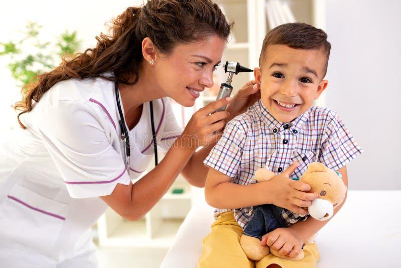 Docteur consacré examinant son oreille de patients photo libre de droits
