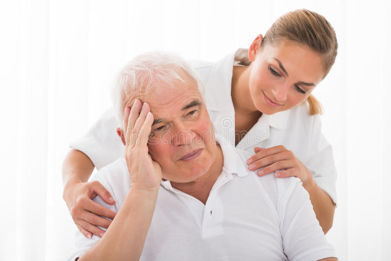 Docteur Consoling Male Patient photo stock