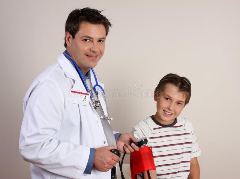 Docteur contrôlant la tension artérielle photos stock