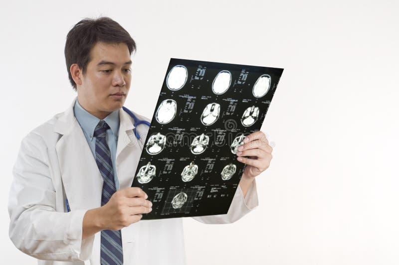Docteur contrôlant les patients MRI photos stock
