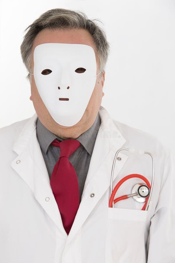 Docteur couvrant son visage de masque blanc images stock