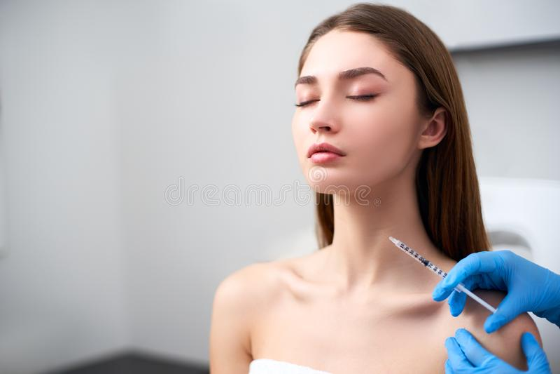 Docteur d'esth?ticien avec la seringue botulinum de toxine faisant l'injection aux bandes platysmal Rajeunissement de cou mesothe photographie stock