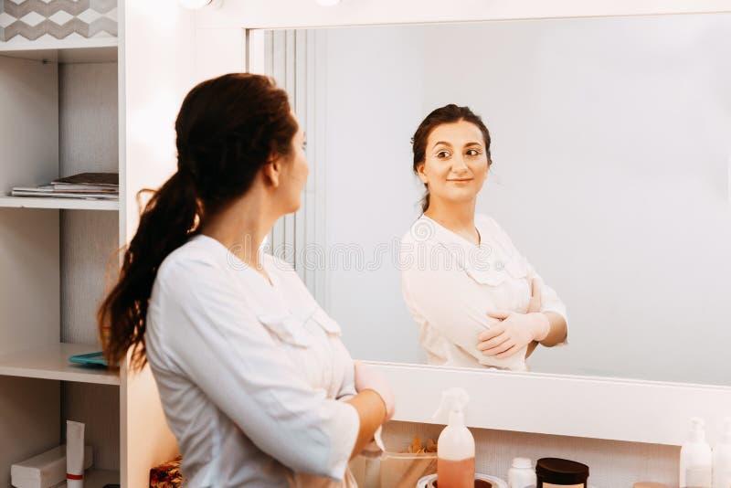 Docteur d'esth?ticien de femme au travail au centre de station thermale Portrait d'un jeune cosmetologist professionnel f?minin photos libres de droits