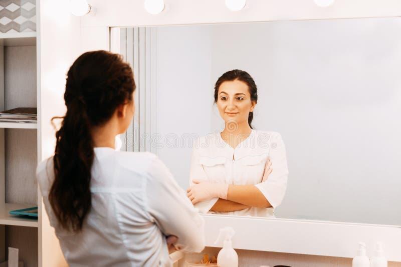 Docteur d'esth?ticien de femme au travail au centre de station thermale Portrait d'un jeune cosmetologist professionnel f?minin photo libre de droits