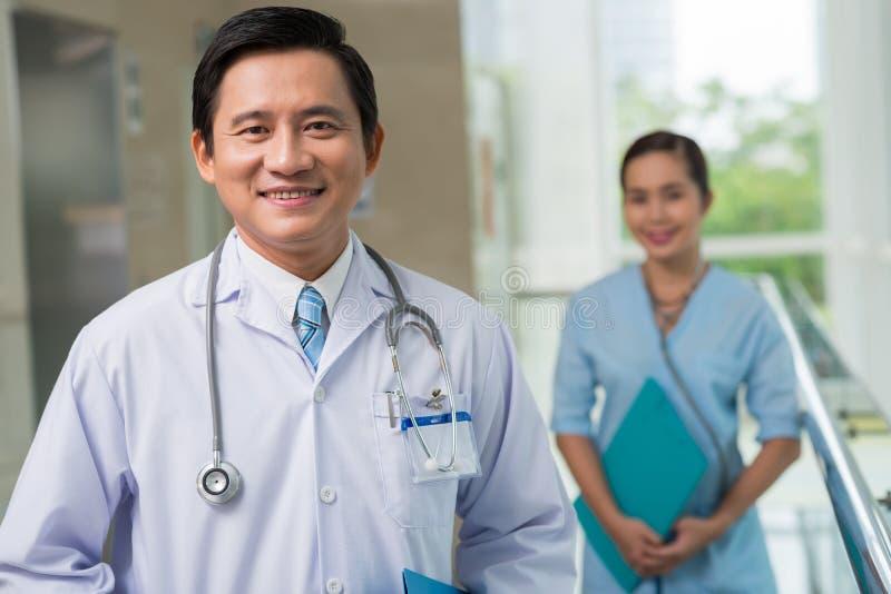 Docteur d'une cinquantaine d'années gai image stock