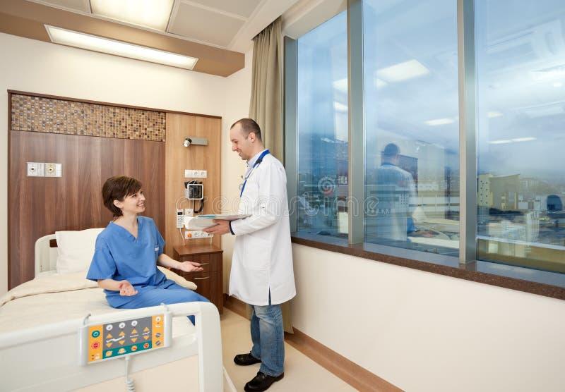 Bonne condition récupérée par patient de docteur images stock