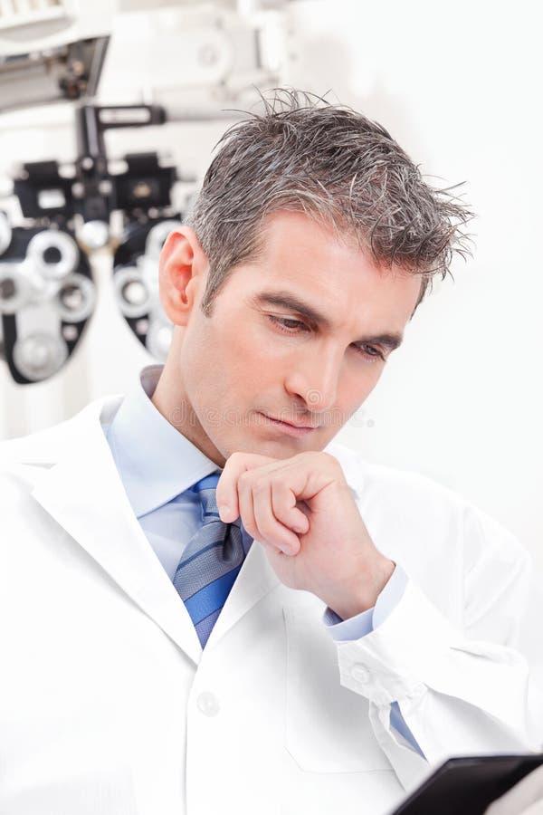Docteur dans la clinique d'ophthalmologie photographie stock