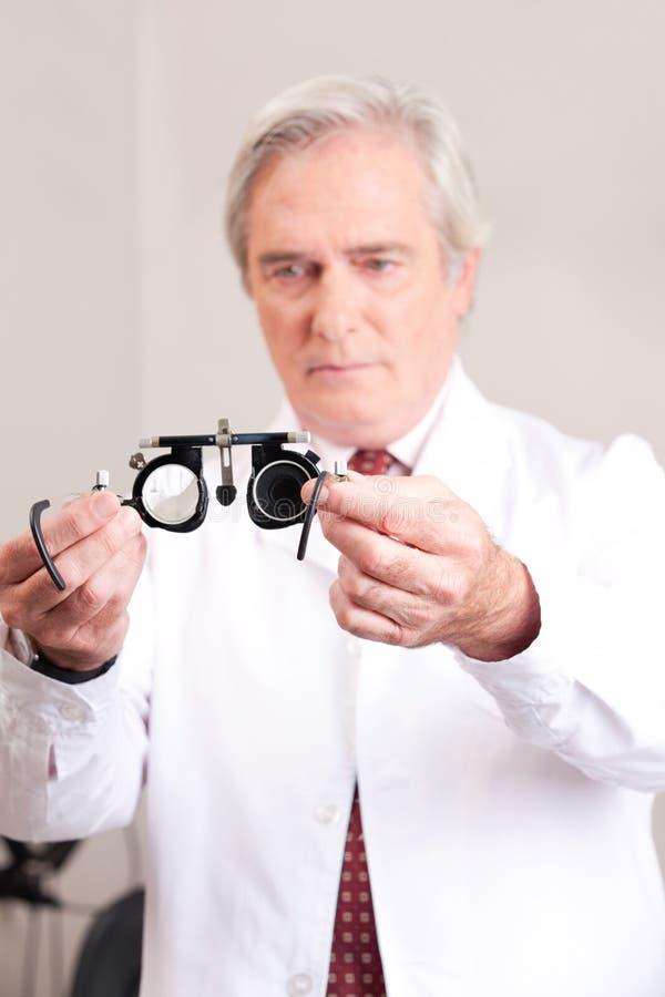 Docteur dans la clinique d'ophthalmologie image libre de droits