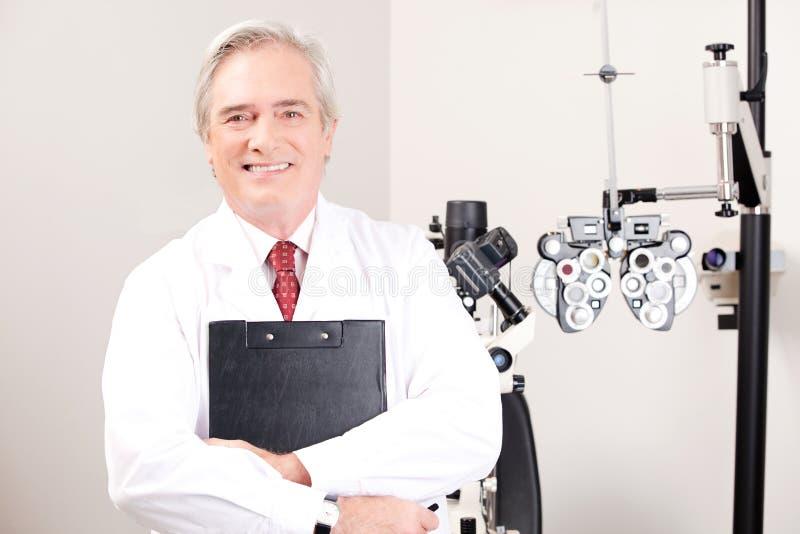 Docteur dans la clinique d'ophthalmologie photos stock