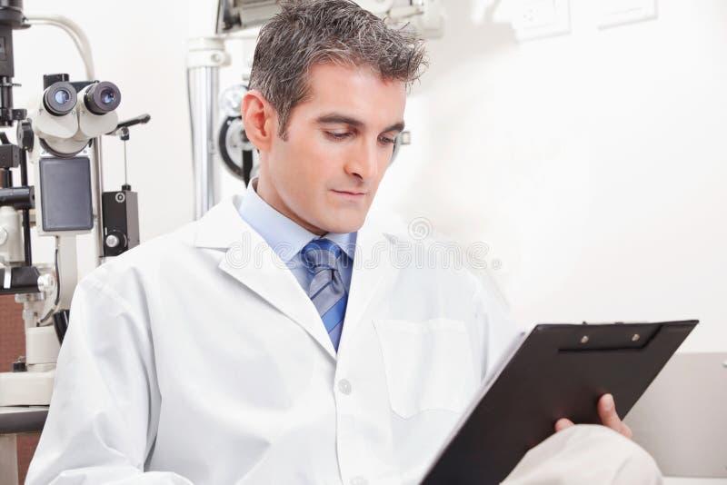 Docteur dans la clinique d'ophthalmologie photos libres de droits