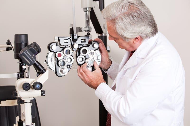 Docteur dans la clinique d'ophthalmologie image stock