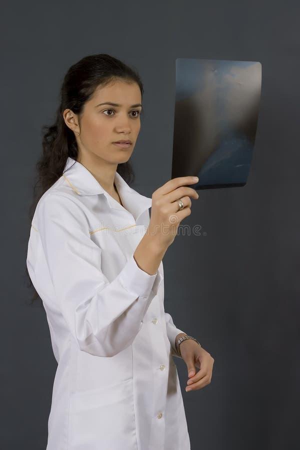 Docteur dans la couche blanche image stock