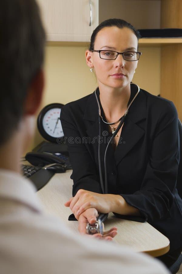 Docteur de écoute images stock