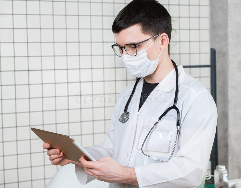 Docteur de chirurgien avec la tablette dans le bureau d'hôpital r image libre de droits