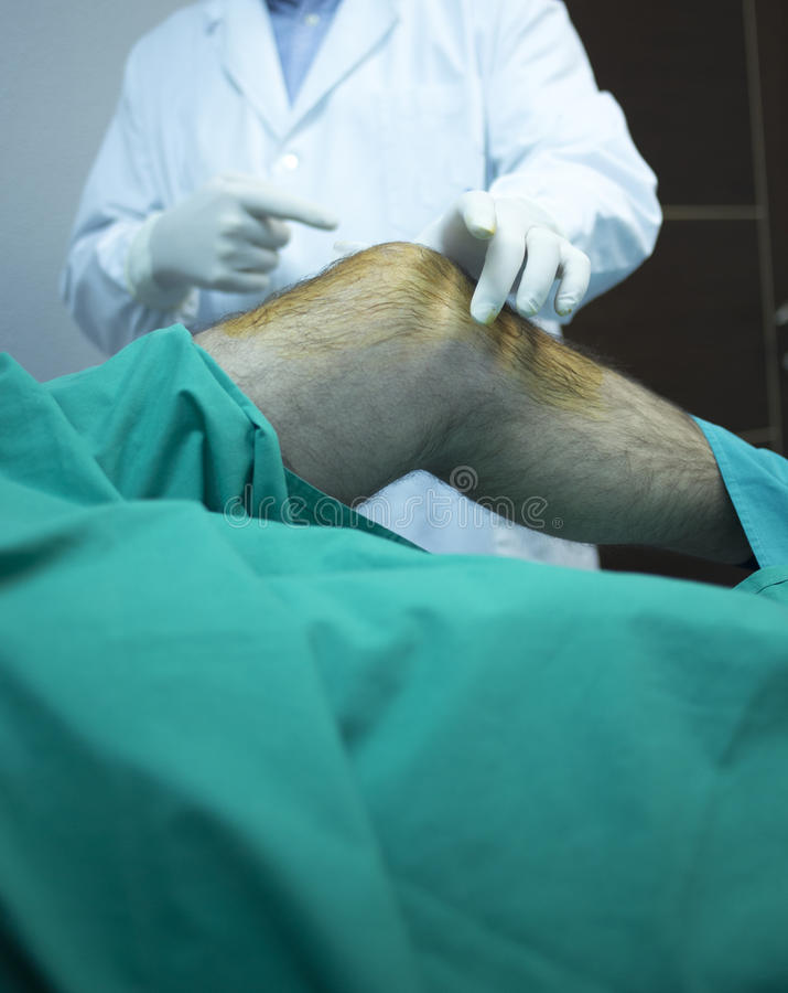 Docteur de chirurgien injectant le patient dans la clinique d'hôpital image libre de droits