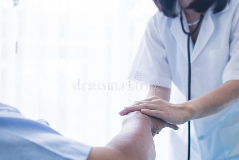 Docteur de consolation et de concept d'encouragement tenant des mains de PA images libres de droits