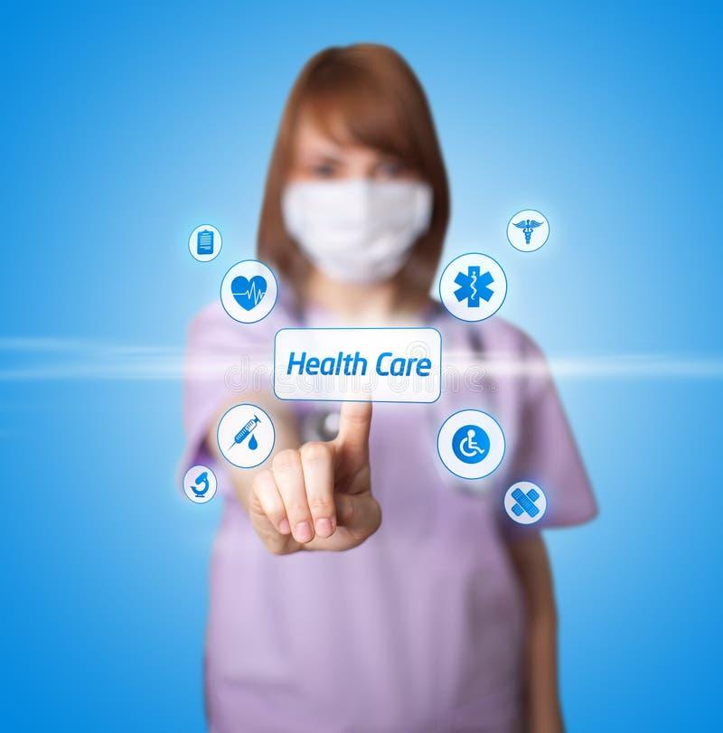 Docteur de femme appuyant sur le bouton digital photos stock
