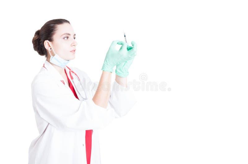 Docteur de femme professionnelle étant prêt pour le vaccin images stock