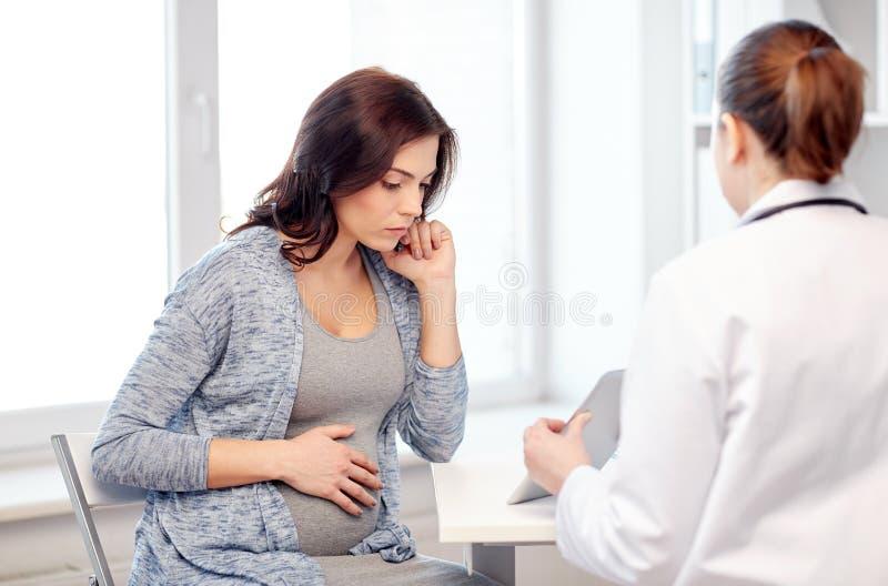 Docteur de gynécologue et femme enceinte à l'hôpital image stock